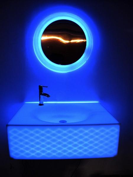 Iluminacion Baño Vintage:Decoración de baños retroiluminados con LED y fabricados con KRION